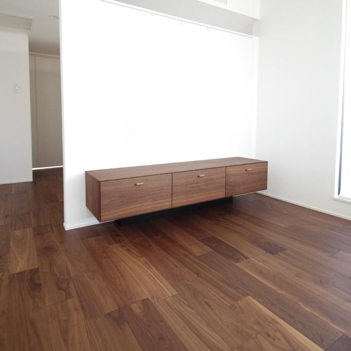 木目の美しいシンプルなテレビボード