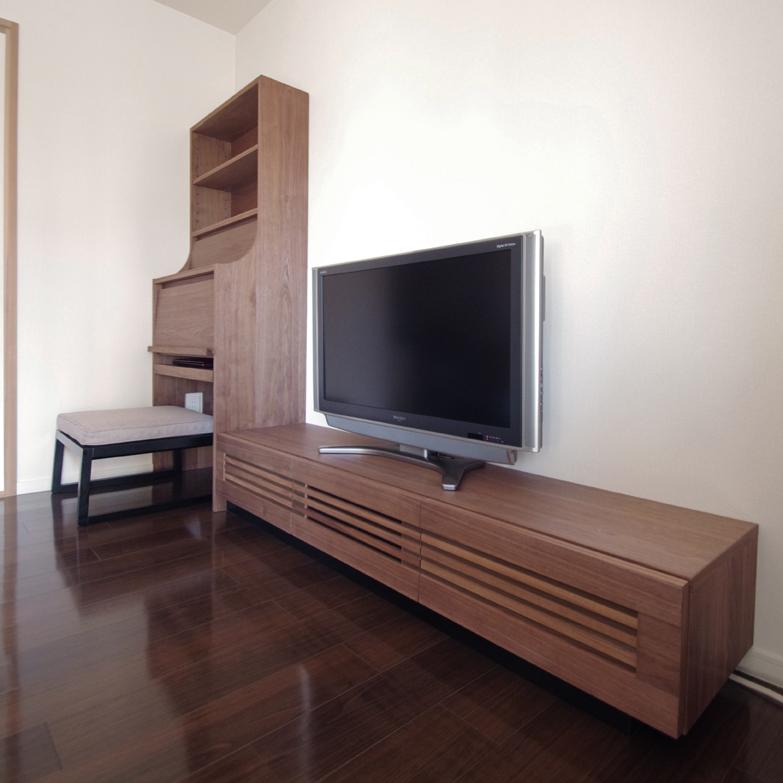 テレビボードとサイドキャビネット