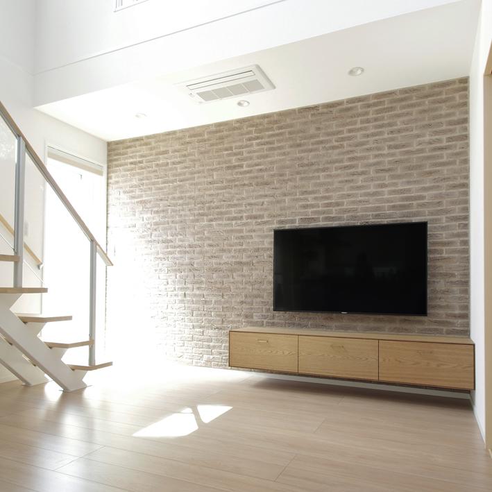 フロートTVボードと壁面タイルの施工