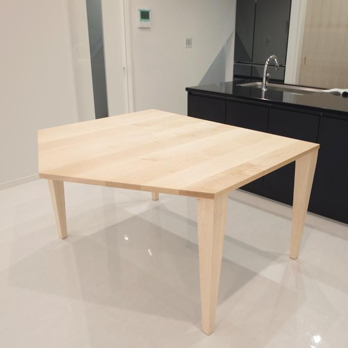 五角形のダイニングテーブル