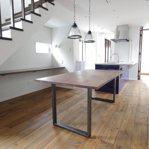 鉄脚のダイニングテーブル
