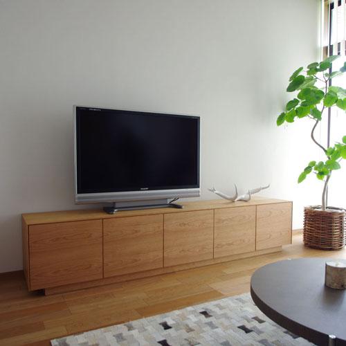 リモコン操作が可能な木目扉のTVボード