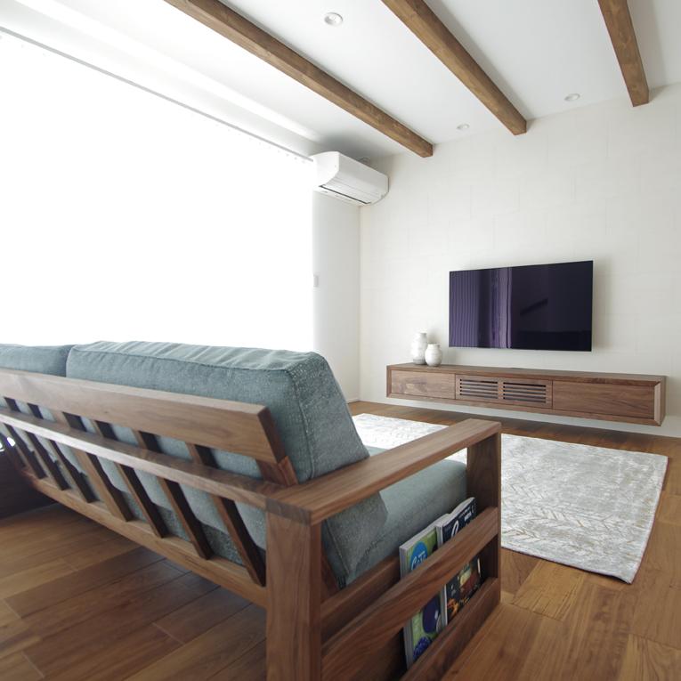 ウォールナットのテレビボードとソファ