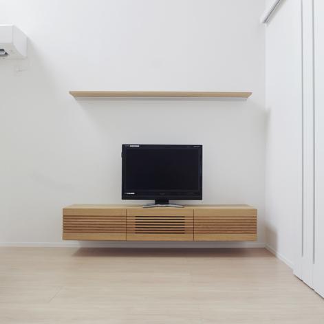 ルーバーデザインのフロートテレビボード