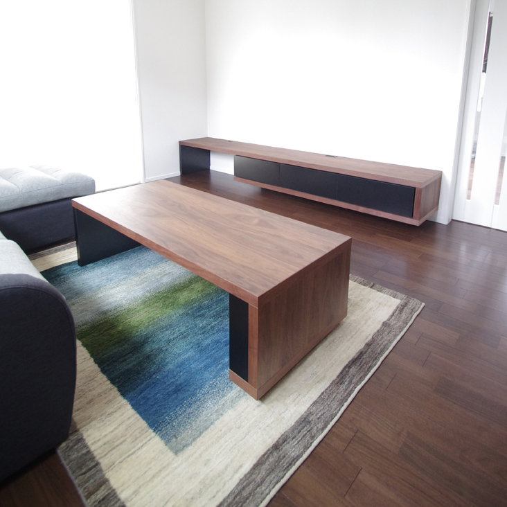 テレビボードとリビングテーブル