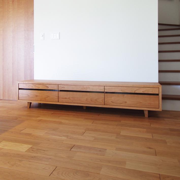 ブラックチェリーの脚付きテレビボード