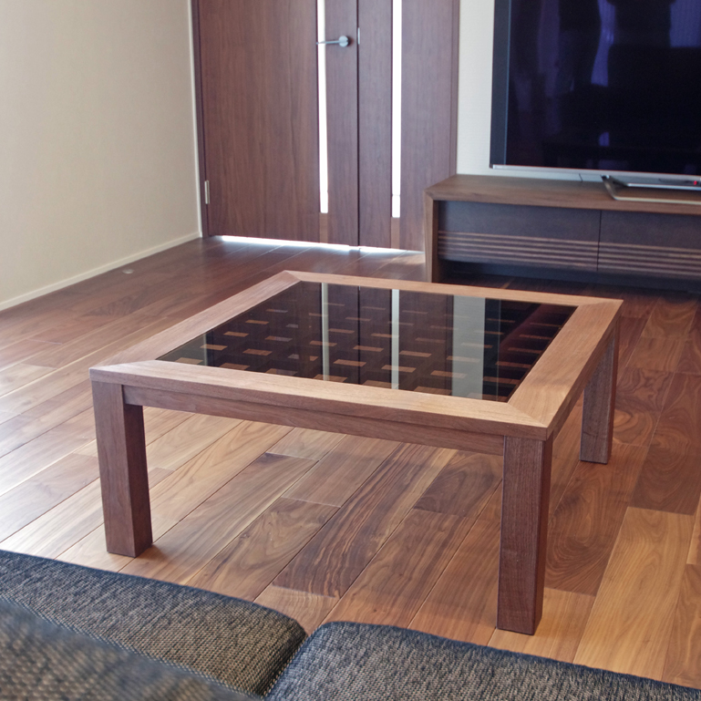 ウォールナットのリビングテーブル