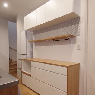 オーク材×ホワイトのキッチンボード