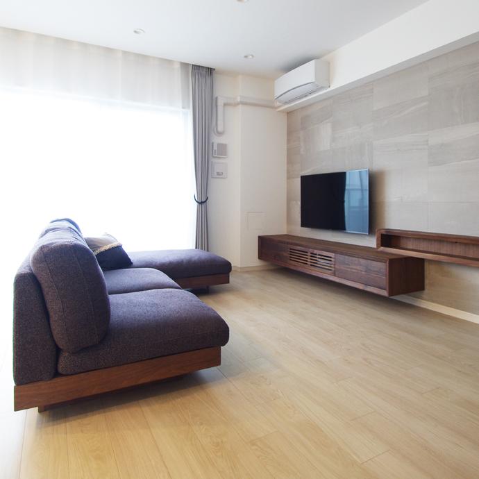 フロートテレビボードとカウチソファ