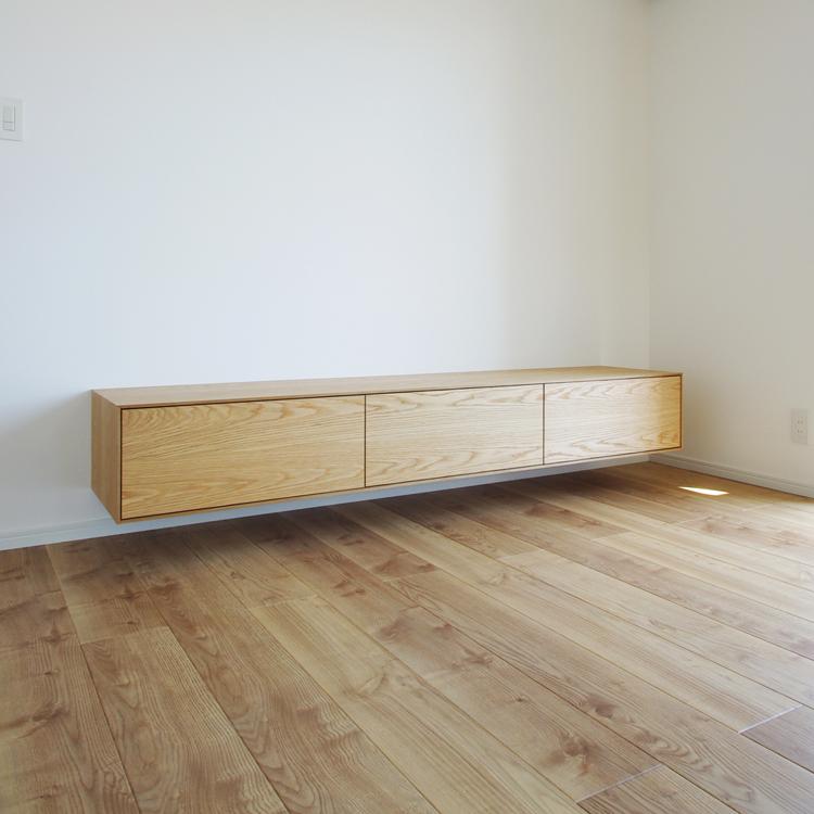 オーク材のフロートテレビボード