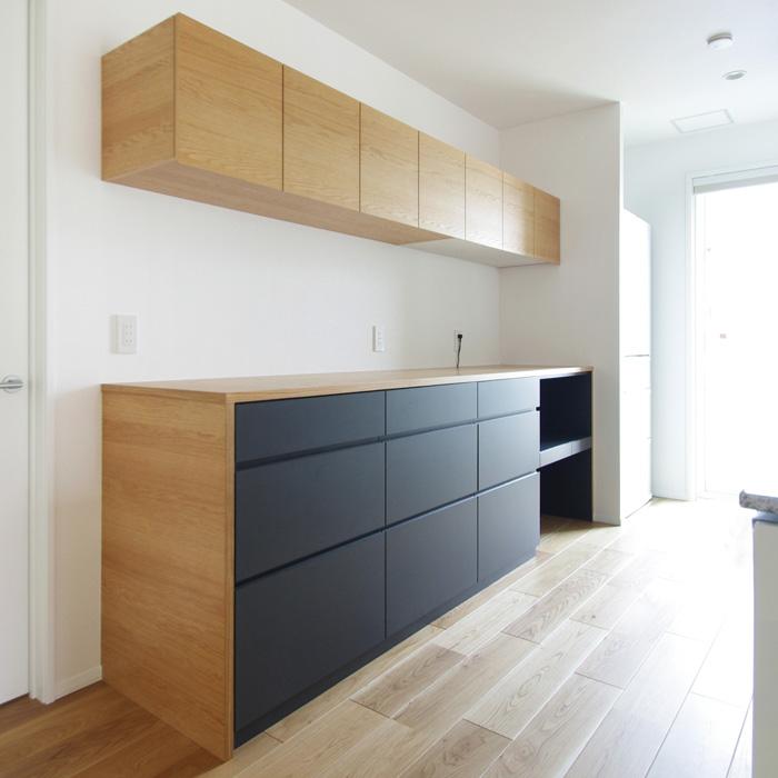 オーク材とグレーカラーのキッチンボード