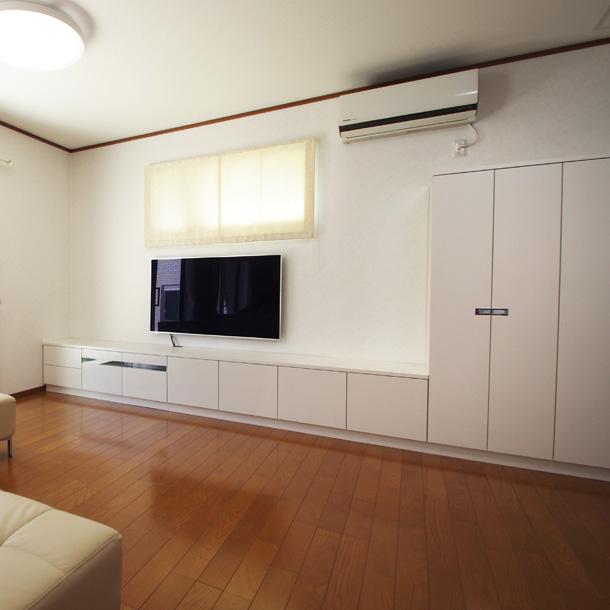白いテレビボードと衣類収納