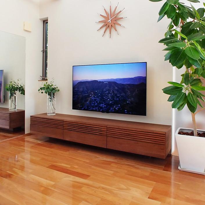 ルーバーデザインのテレビボード
