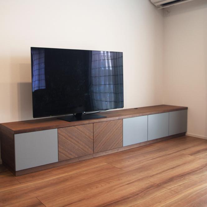 ウォールナット×グレーのテレビボード